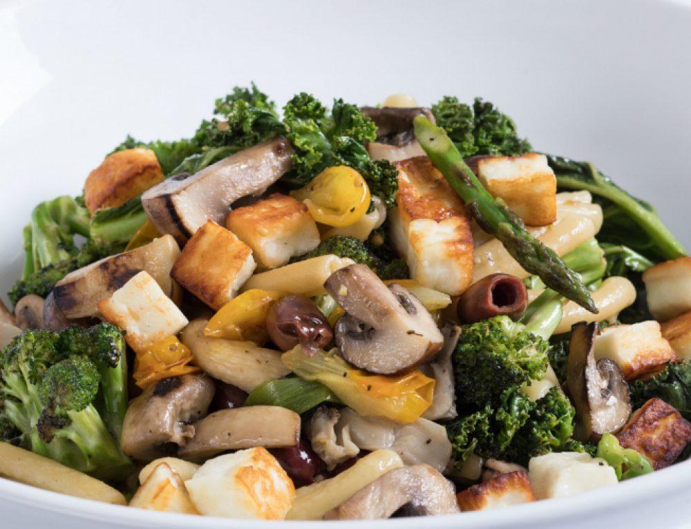 סלט חם של פסטה פטריות ירקות ירוקים וגבינת חלומי